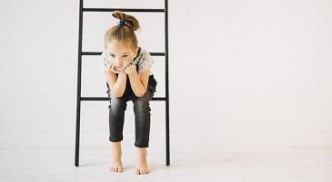 Bambina a casa seduta pensierosa