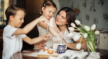 Una mamma gioca con i bambini