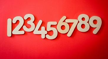 Numeri bianchi su sfondo rosso