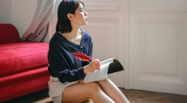 Una ragazza mentre legge e riflette