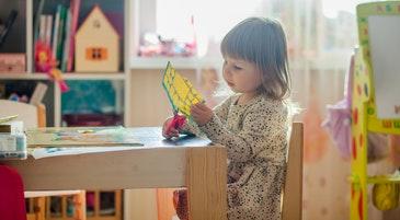 Una bambina nella scuola dell'infanzia