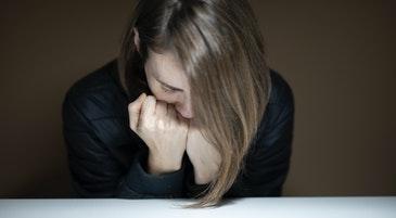 Una giovane donna in un momento di ansia e preoccupazione