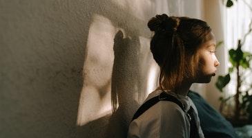 Una bambina in un momento di timidezza