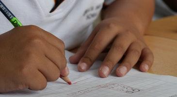 Un bambino fa i compiti di scuola