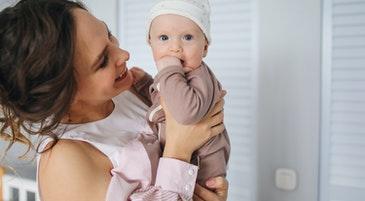 Comunicare con i bambini: una mamma insieme a suo figlio