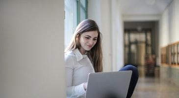 Una ragazza mentre usa il computer