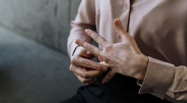 Le mani di una persona in un momento di ansia