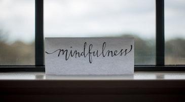 Un foglio con la scritta mindfulness