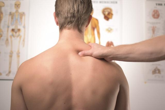 Effetti dello stress: un giovane di spalle in uno studio medico