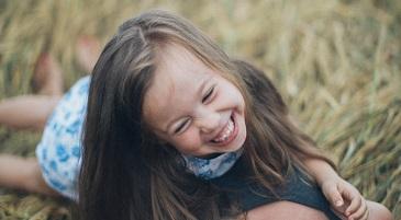 bambina che sorride felice