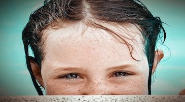 Un bambino in un momento di timidezza