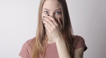 Una ragazza in un momento di timidezza