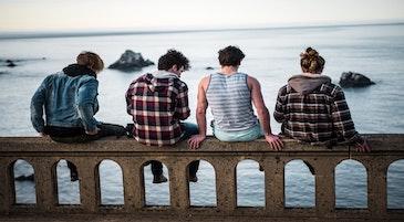 Un gruppo di adolescenti di spalle