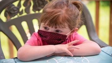 Inserimento post covid: una bambina con la mascherina