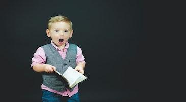 Rifiuto della scuola: un bambino che urla con in mano un libro