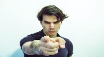 Paura del giudizio degli altri: un ragazzo con il dito puntato